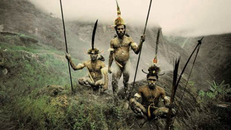 tres personas con lanzas en una montaña