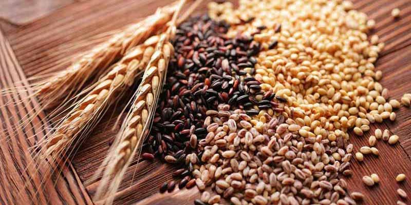 varios tipos de cereales sobre una superficie de madera