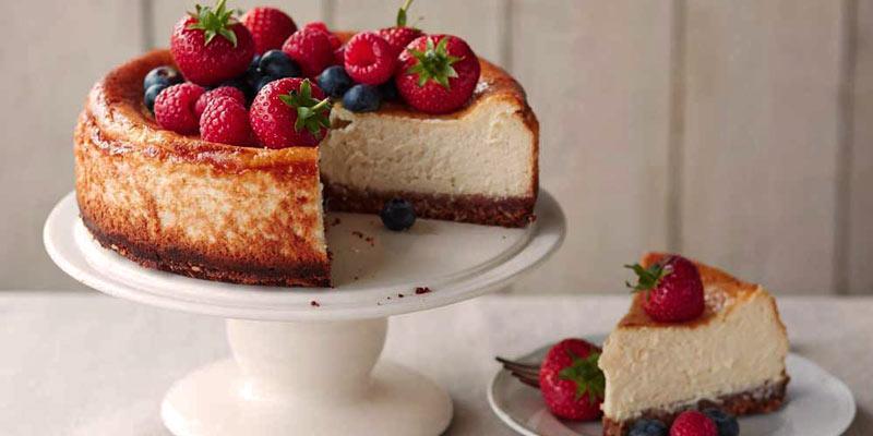 tarta de queso con frutos rojos rojos por encima