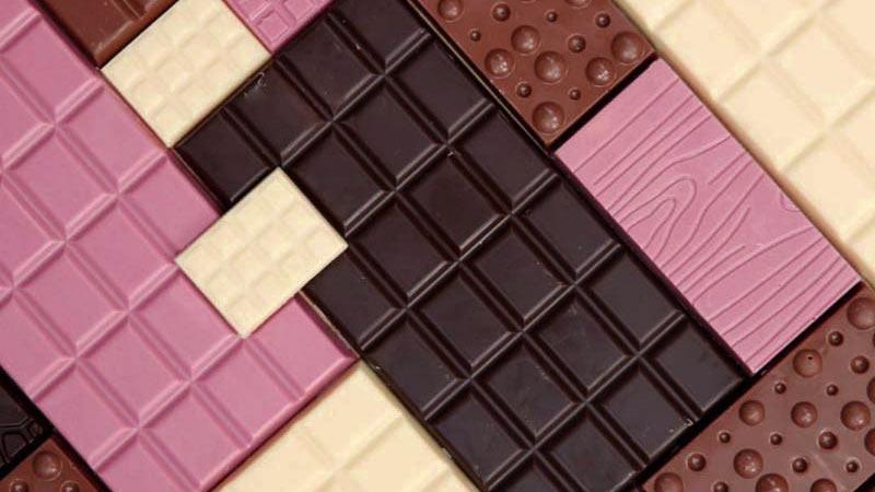 varias tabletas de chocolate de diferentes tipos puestas en puzzle