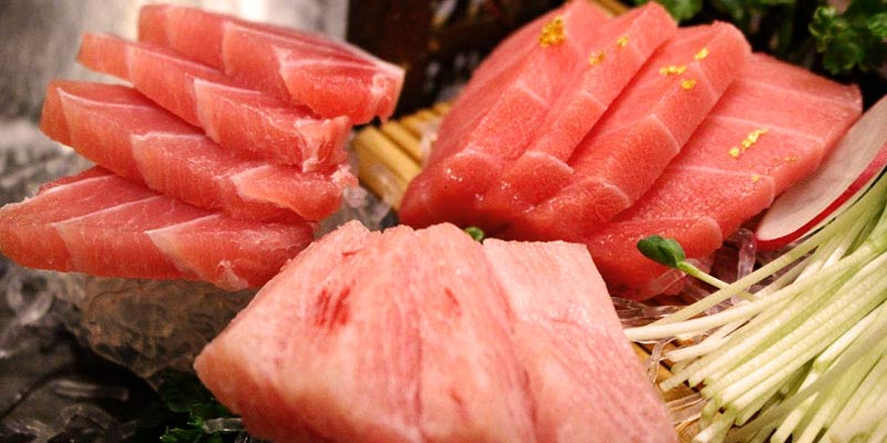 tiras de pescado sobre hielo y verdura