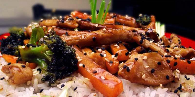 arroz con tiras de atún con brócoli, zanahoria y semillas