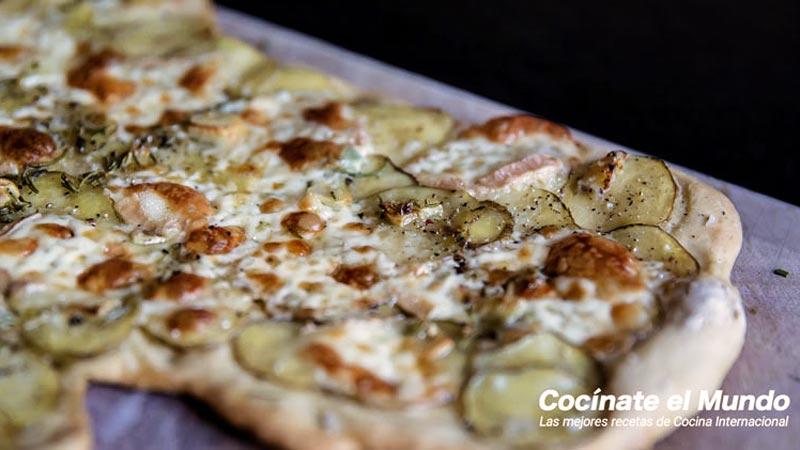 pizza hecha con salsa carbonara y con verduras