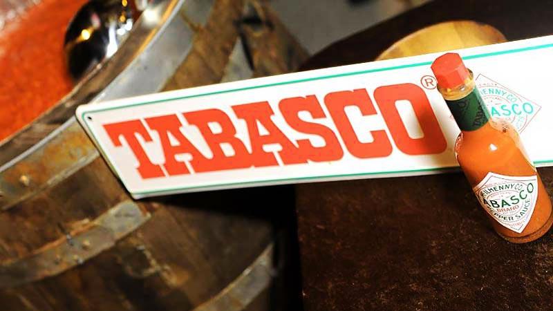 cartel de tabasco con un bote al lado