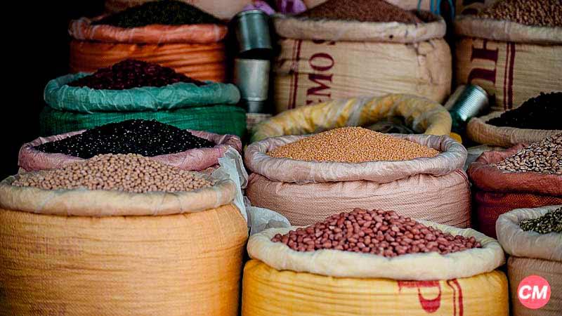 bolsas de diferentes colores y con diferentes tipos de legumbres