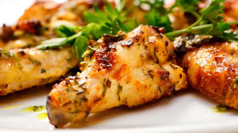 alitas de pollo con especias y hierbas