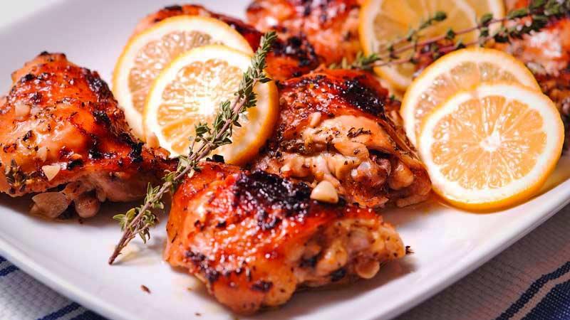 trozos de pollo con rodajas de limón