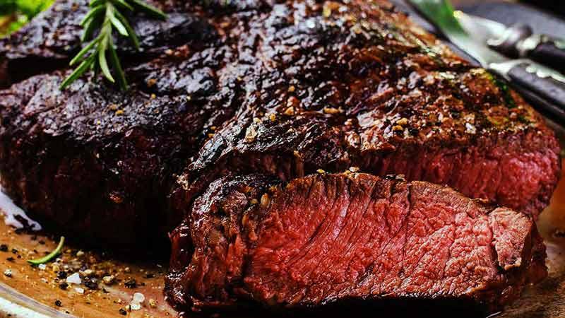 filete grueso de carne que está rojiza por dentro