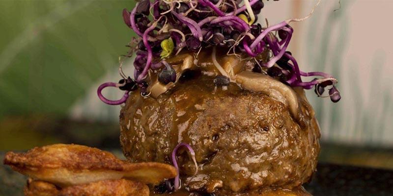 bola de carne con cebolla morada encima