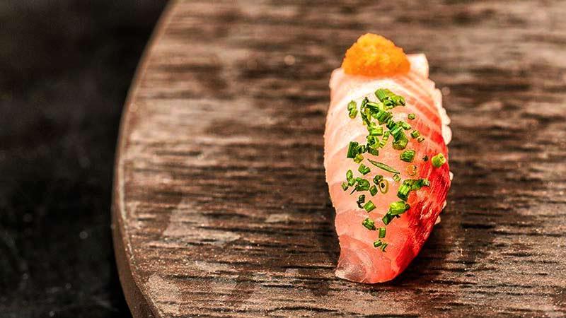 sushi en una tabla marrón