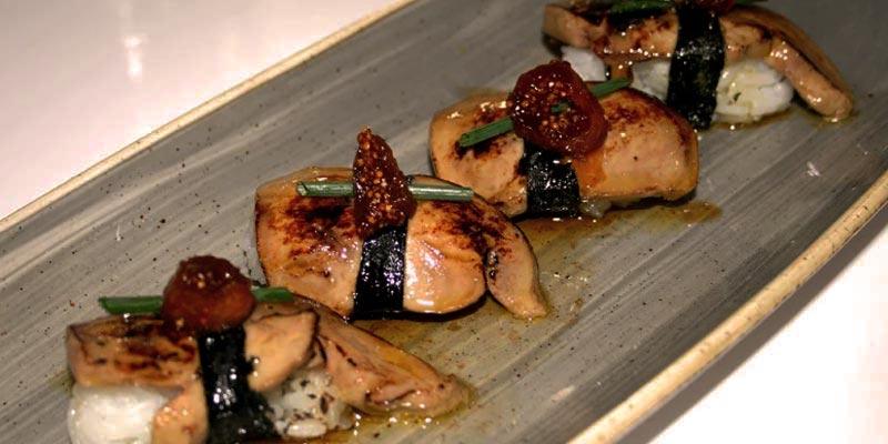 tabla de cerámica gris con sushi