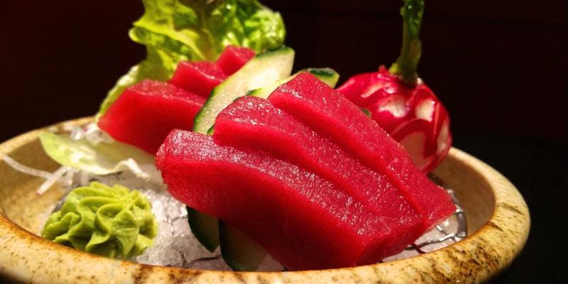 plato con tacos de carne y verdura con un fondo negro