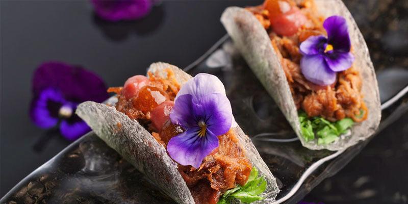 tacos asiáticos con flores moradas
