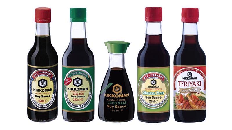 varias botellas de diferentes tamaños y colores de la marca kikkoman