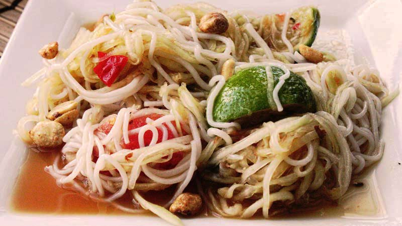 comida asiática, ensalada som tam de fideos y verduras