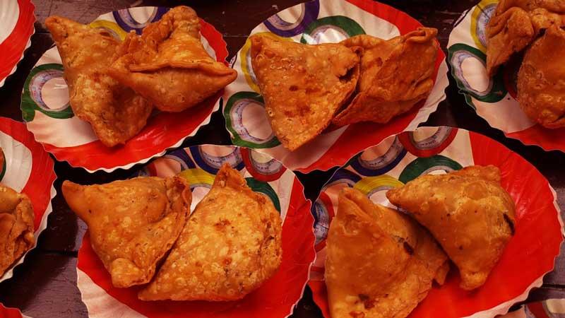 postre con forma triangular en unos platos de color rojo