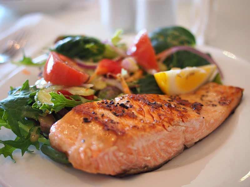 salmón ahumado al horno con ensalada de brotes
